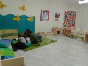 Un piccolo ascoltatore con le lettrici volontarie