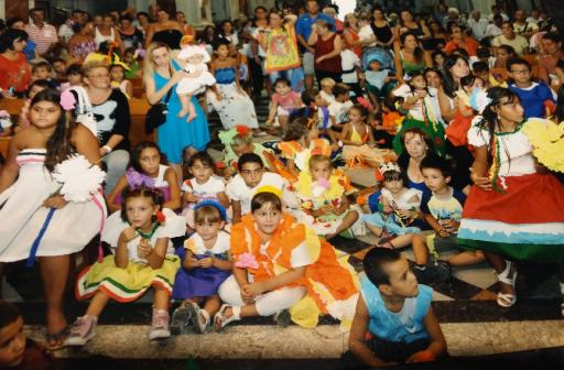 I Bambini Sfilano A Piedigrotta Vestiti Di Carta Napoli Per Bambini